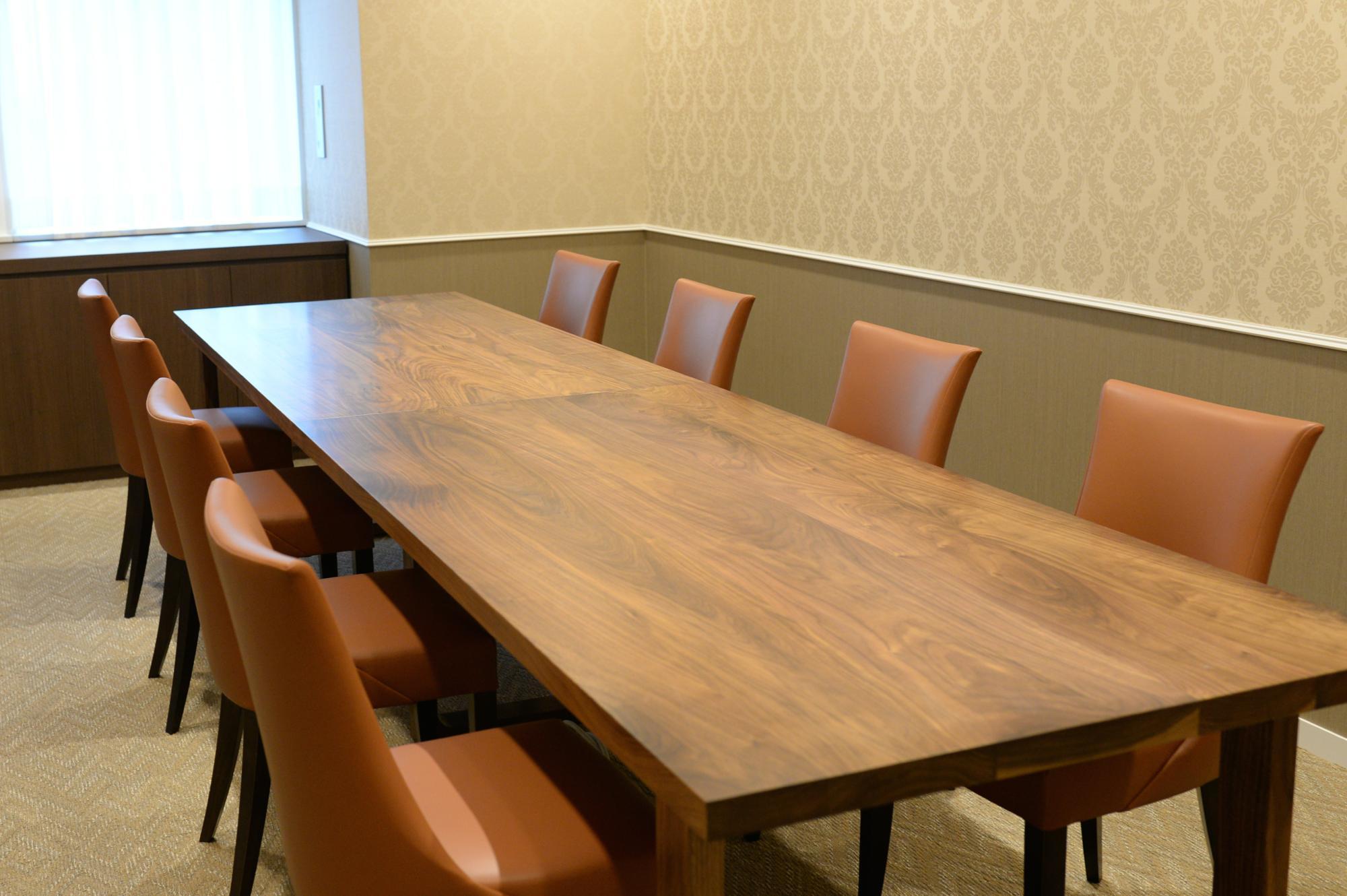 ウォールナットの会議テーブルの納品